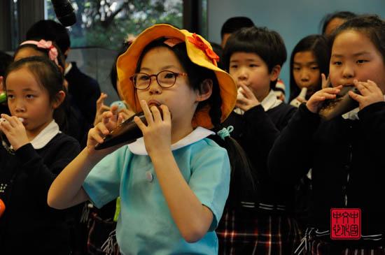 西外学生艺术团小朋友进行演奏