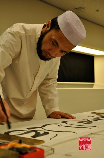 张艾布正在进行阿拉伯书法表演