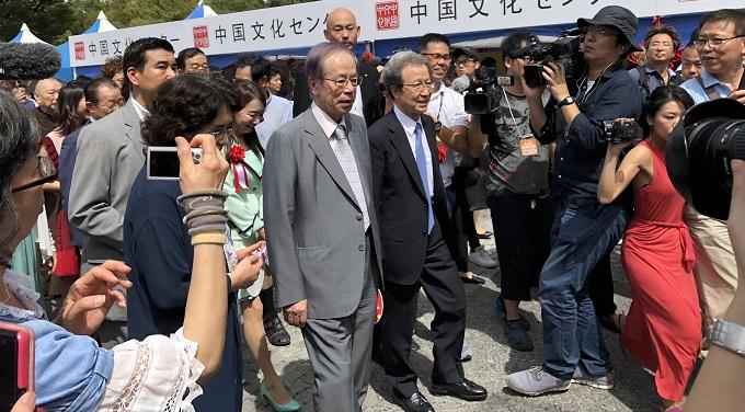 チャイナフェスティバル 程永華大使と福田康夫元首相がセンターのブースを視察